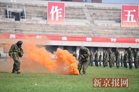 今日下午,清华大学举行本科新生结业典礼,典礼上新生进行列队、军体拳、反恐演习等演练。新京报记者 侯少卿 摄