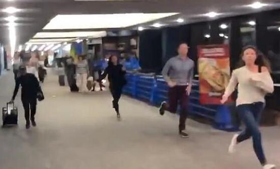 机场航站楼一片混乱(图源:推特)