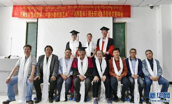 答辩结束后,答辩委员会成员与两名博士毕业生合影(6月10日摄)。新华社记者 张汝锋 摄