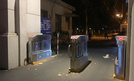南大鼓楼校区南门的交通道闸,师生需刷卡进入。澎湃新闻记者 陈卓 摄