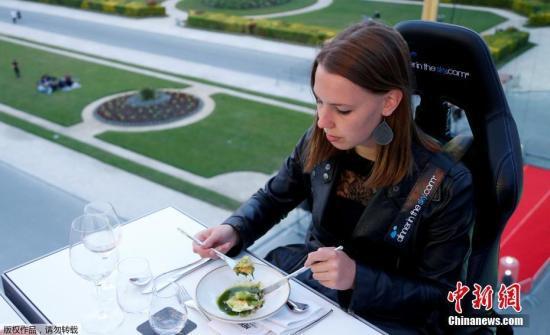 资料图片:顾客享用晚餐。