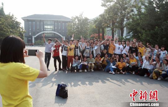 6月9日,在扬州大学附属中学考点,考生们在考试结束后合影留念。 孟德龙 摄