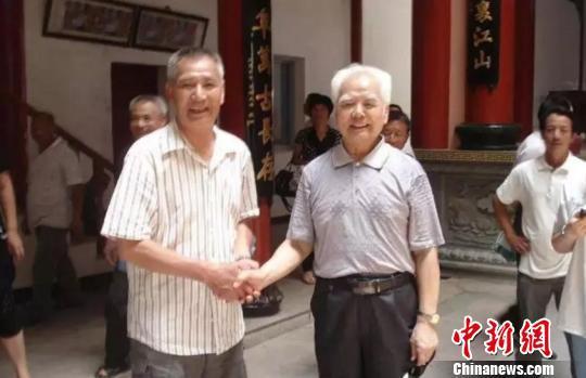图为:2012年6月回乡时,高铭暄(右)与老家亲属合影 高铭暄亲属供图