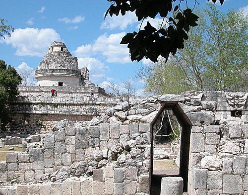 几名游客在墨西哥著名玛雅古城遗址奇琴伊察古玛雅天象台上参观。(新华社)