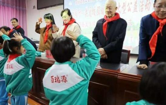 宁夏一学校校服印枸杞商标:来自企业捐赠已回收