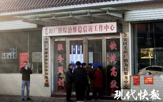 11 月 27 日上午八点不到,六安市毛坦厂镇综治维稳信访工作中心门口已经聚集了很多家长。