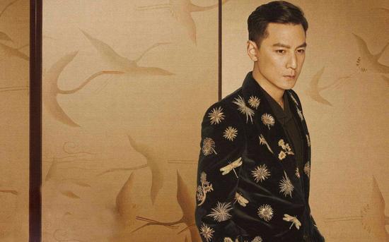 吴彦祖,华语影视男演员、导演、制片人,毕业于美国俄勒冈大学建筑学系。