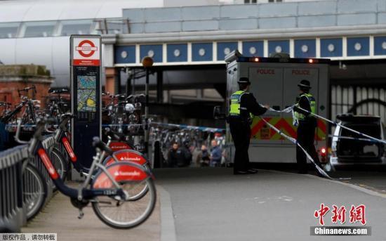 资料图片:伦敦警方在执行任务。