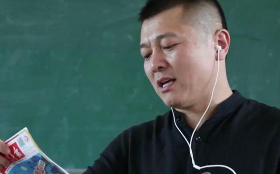 周国平录制文章给孩子们听。受访者供图