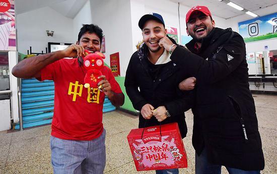 抽到幸运奖的外国留学生兴奋不已。
