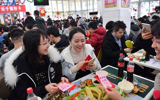 春节留校过节的同学在拆校领导送上的压岁红包。