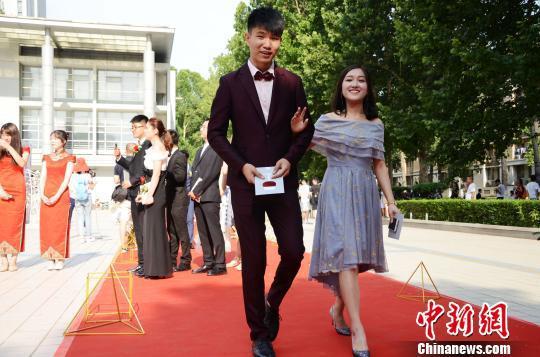 山东一高校学生盛装走红毯 场面堪比明星盛典(图)
