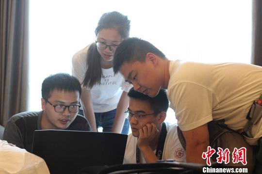 同学们在成都讨论搭建网上公益支教平台。 钟欣 摄