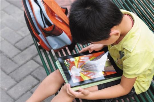 玩手机、平板成了不少孩子的主要娱乐 羊城晚报记者 王俊伟摄
