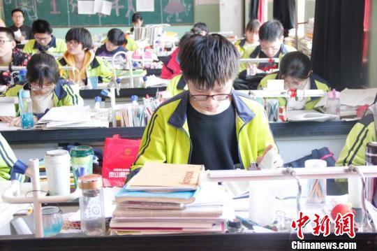 兰逸鑫在温习功课。 邢云 摄