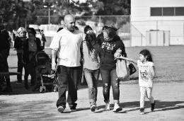 2月1日,在美国洛杉矶的萨尔瓦多·卡斯特罗中学,家长们将孩子接走。 新华社发