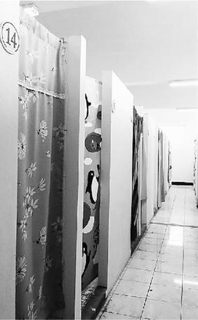 考研自习室原是浴室单间。经过简单改造,有了小清新的感觉。