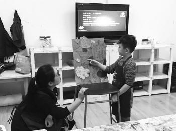 一家绘画培训机构的老师指导孩子画画。记者 潘宇 摄