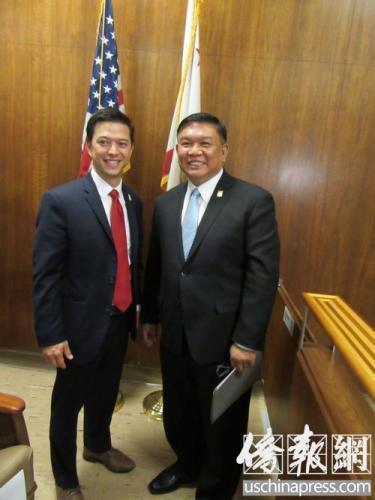 沈时康(右)和副市长马龙尼(左)。(美国《侨报》记者翁羽摄)