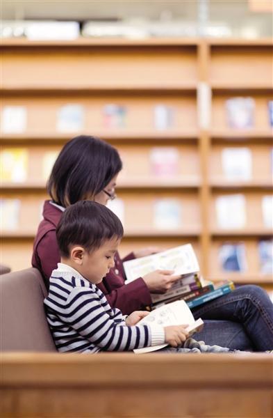 培养孩子的阅读习惯,家长要以身作则。 图/视觉中国