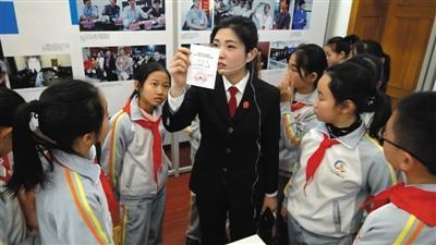 东交民巷小学学生参观中国法院博物馆,了解法律知识。