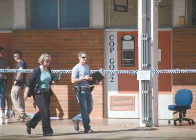 2018-03-18,位于堪培拉的澳大利亚国立大学,警察封锁一间教室的入口。澳大利亚国立大学25日发生一起袭击事件。一名学生手持棒球棒袭击了教室内的教师和3名学生。