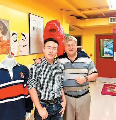 2016年,王帅(左一)在加拿大滑铁卢市和红狮领导力学院院长合影。