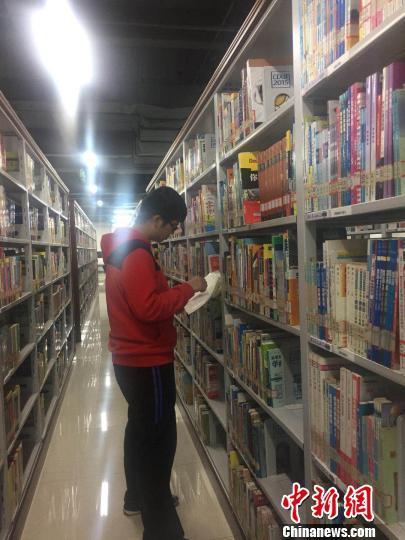 吕派在图书馆看书。 郭凤 摄