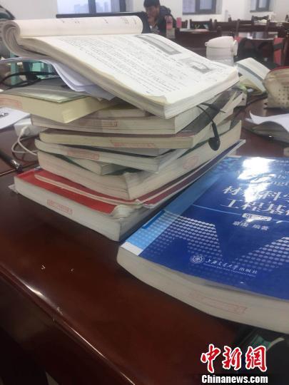 吕派桌子上堆满了书。 郭凤 摄
