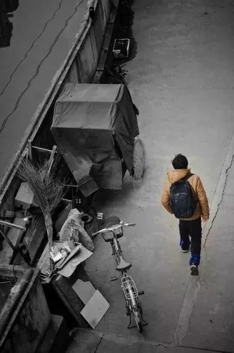 距离中考87天。早上骑车去上学,中午走回来,吃晚饭再走着去,晚上骑车回来。