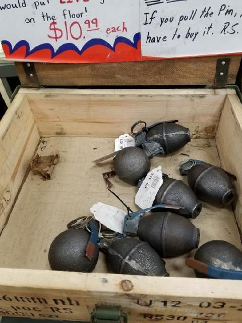 陈奥文家中起出的假手榴弹,防弹衣都是从洛克维尔市枪店Ranger Surplus购得。(陈父提供)