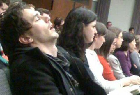 曾有人偷拍到他课上睡觉的照片