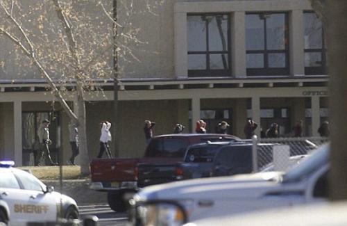 图为警察带领阿兹特克中学学生撤离校园。(图片来源:美联社)