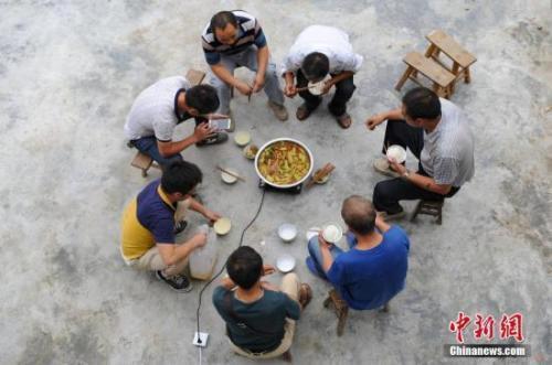 资料图:贵州黄平坚守33年的乡村教师。中新社记者 贺俊怡 摄