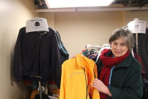 外展专员古德介绍免费衣物项目。(美国《世界日报》记者李晗/摄影)