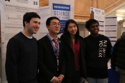 马里兰州蒙哥马利布莱尔高中学生吴大伟(David Wu,左二)获雷杰纳隆科学奖第五名。(美国《世界日报》记者罗晓媛/摄影)
