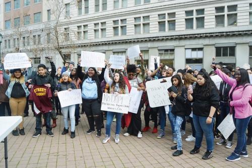 特朗普上台时,大批民众反对他的移民政策。(美国《世界日报》记者刘先进/摄影)