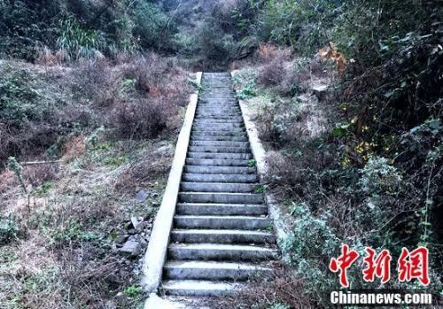 通往水库的44阶台阶。邓霞摄
