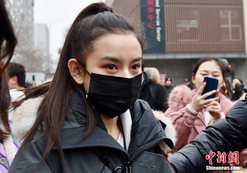 2月27日,北京电影学院2018年艺考初试开考,校园内云集众多高颜值的帅哥美女。图为98后人气小花宋祖儿素颜现身北电艺考初试。她一身黑衣,梳着简单干净的马尾,在队伍中戴着口罩,十分低调。 中新网记者 翟璐 摄