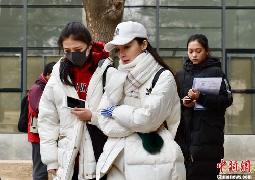 2月27日,北京电影学院2018年艺考初试开考,校园内云集众多高颜值的帅哥美女。 中新网记者 翟璐 摄