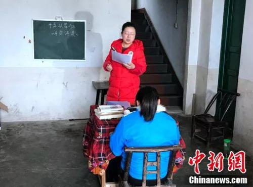 语文老师给杨帆上课。邓霞摄