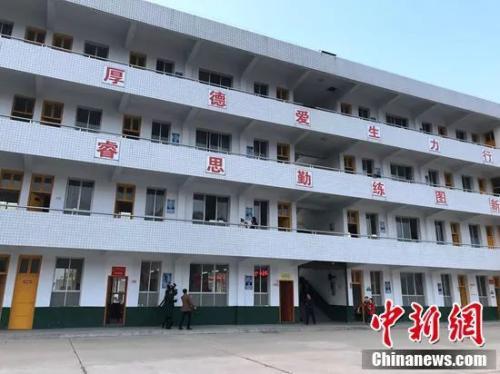 皂市镇中心学校,初二的教室在教学楼的三楼。邓霞摄