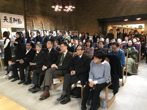 百余位华侨华人参加了当天的活动。(图片来源:《欧洲时报》记者 陈述 摄)