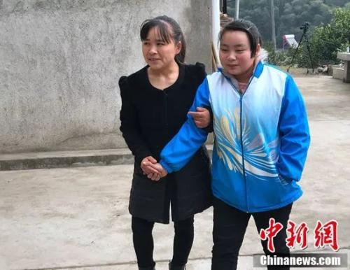 杨书芬陪着女儿杨帆练习走路。邓霞摄