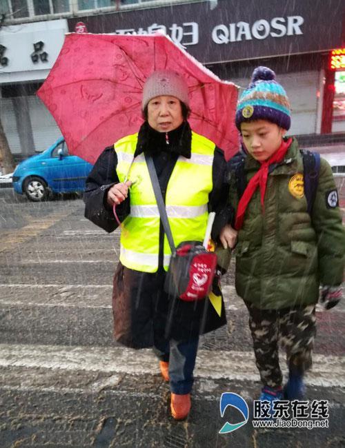 天使护卫团护卫上学路 最美笑脸温暖烟台