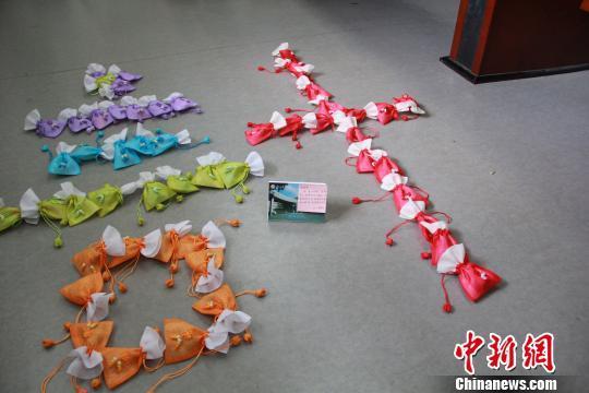 12月22日,江西理工大学三位老师展示自己历时一个月制作的锦囊。 梅艳国 摄