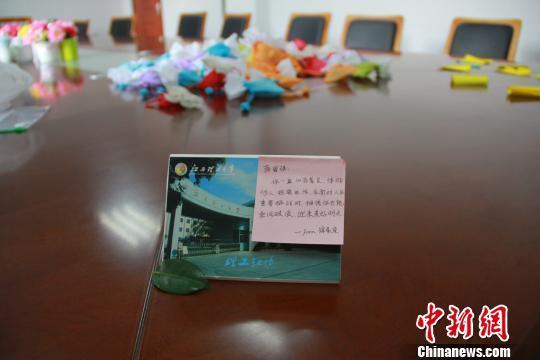 12月22日,江西理工大学一学生展示自己收到的老师寄语。 梅艳国 摄
