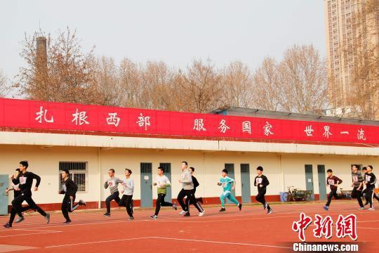 图为体能测试男生1000米跑项目。 李强 摄