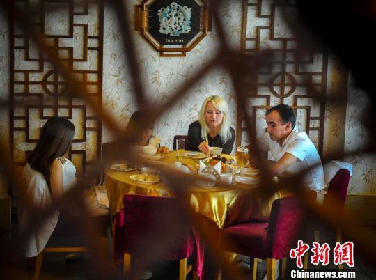 资料图:食客正在中餐馆享用中国美食。刘新 摄