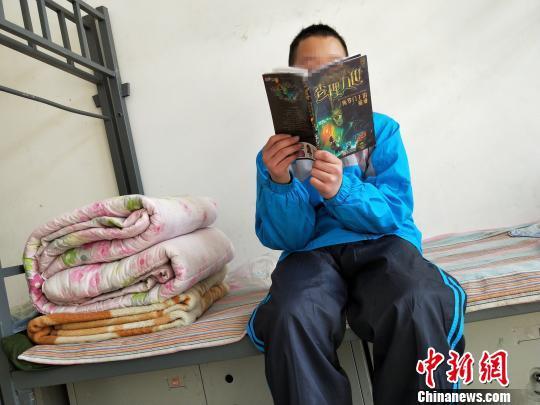 图为石家庄市少年儿童保护教育中心的孩子在看图书。 李洋 摄